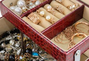 Tannée de vos boucles d'oreilles en tas dans votre boîte à bijoux? Ce truc est pour vous!