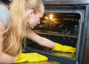 Nettoyer un four uniquement avec des produits que vous avez déjà à la maison