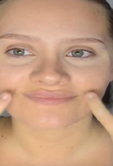 Pour des lèvres pulpeuses, cette fille n'a pas besoin d'injections ni pompes ridicules: Découvrez la gym faciale!