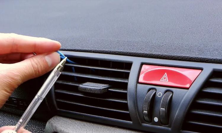 Il passe un élastique dans la grille de ventilation de sa voiture! Son idée est très ingénieuse!
