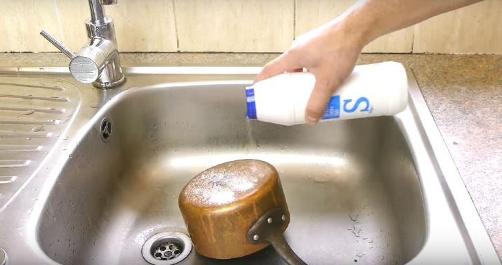 faites votre propre brasso pour nettoyer les casseroles en cuivre