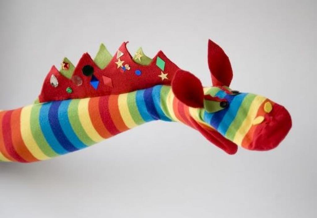 Très Comment bricoler une marionnette dragon avec une longue chaussette  PH72