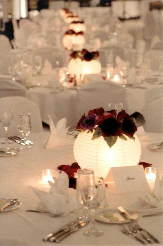 placez une bougie chauffe plats piles dans une petite lanterne chinoise et dposez un petit bouquet de roses sur le dessus - Centre De Table Bougie