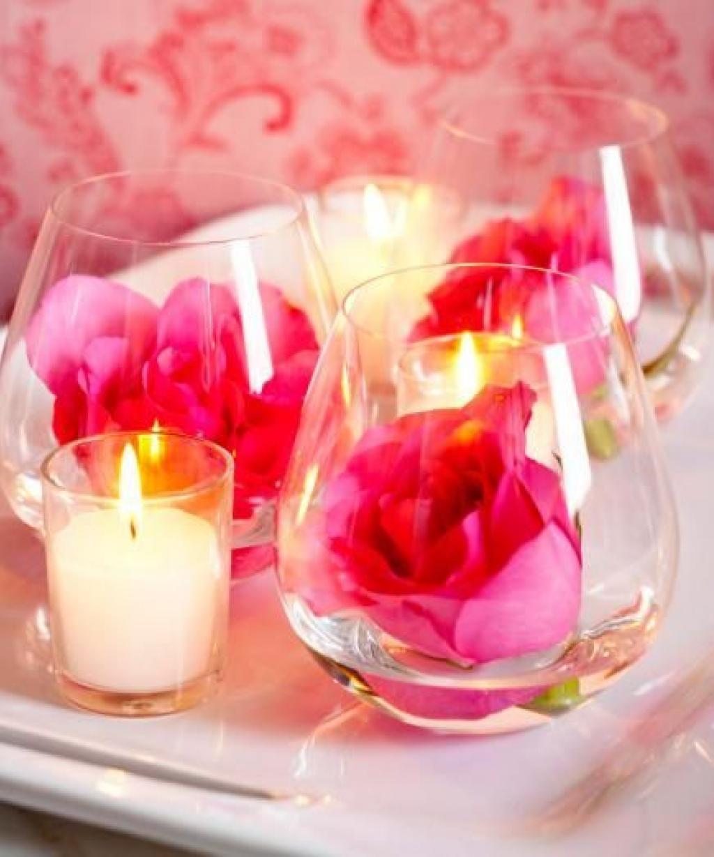 dposez des illets roses avec un illet blanc au centre dans une coupe sunday placez une cerise confite sur le dessus pour faire un centre de table - Centre De Table Bougie