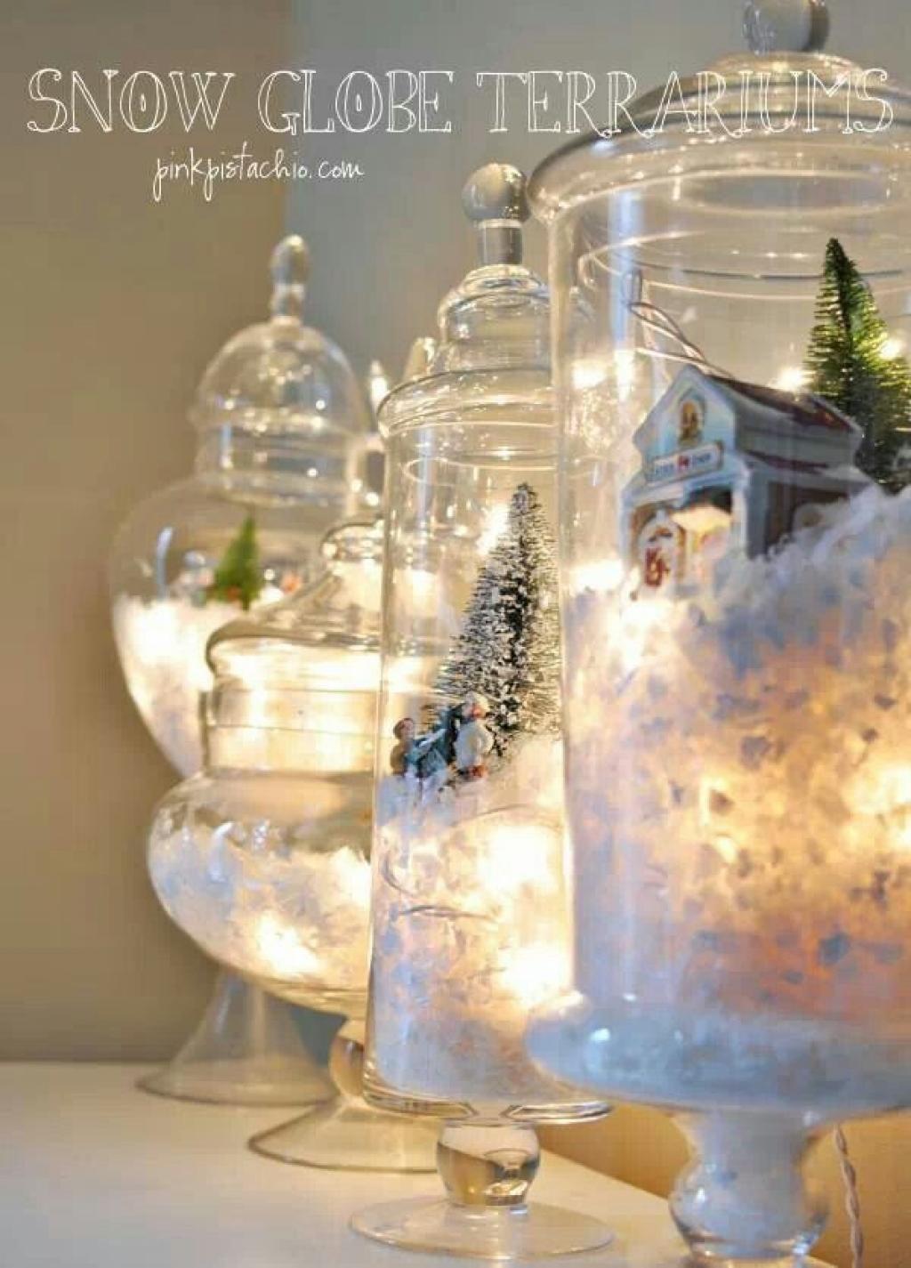 D\u0027anciennes décorations de Noël recyclées dans des jarres de verre.