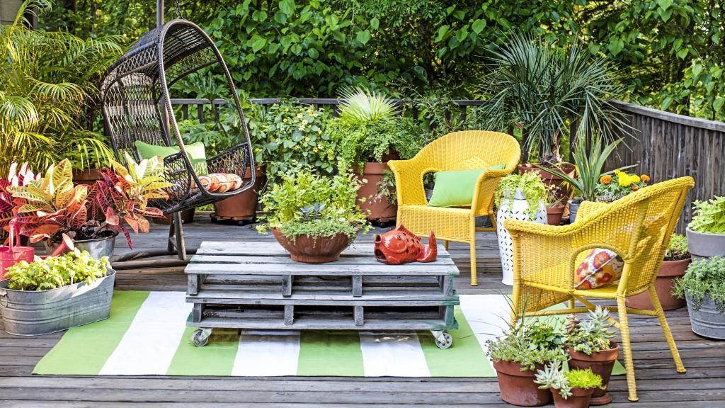 ajoutez des roues sous deux palettes de bois que vous empilerez et vous aurez cr une table basse en un rien de temps avec tout le reste du dcor color - Decoration Jardin Palette De Bois