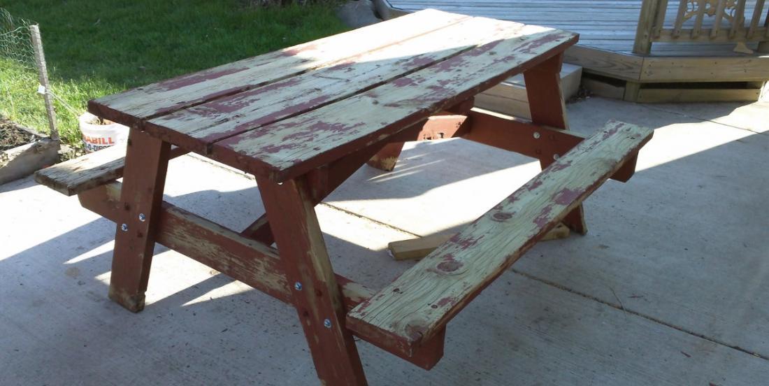 Sa table à Pique Nique avait besoin d'une bonne peinture! L'idée qu'il a eue pour la peindre, en met plein la vue!