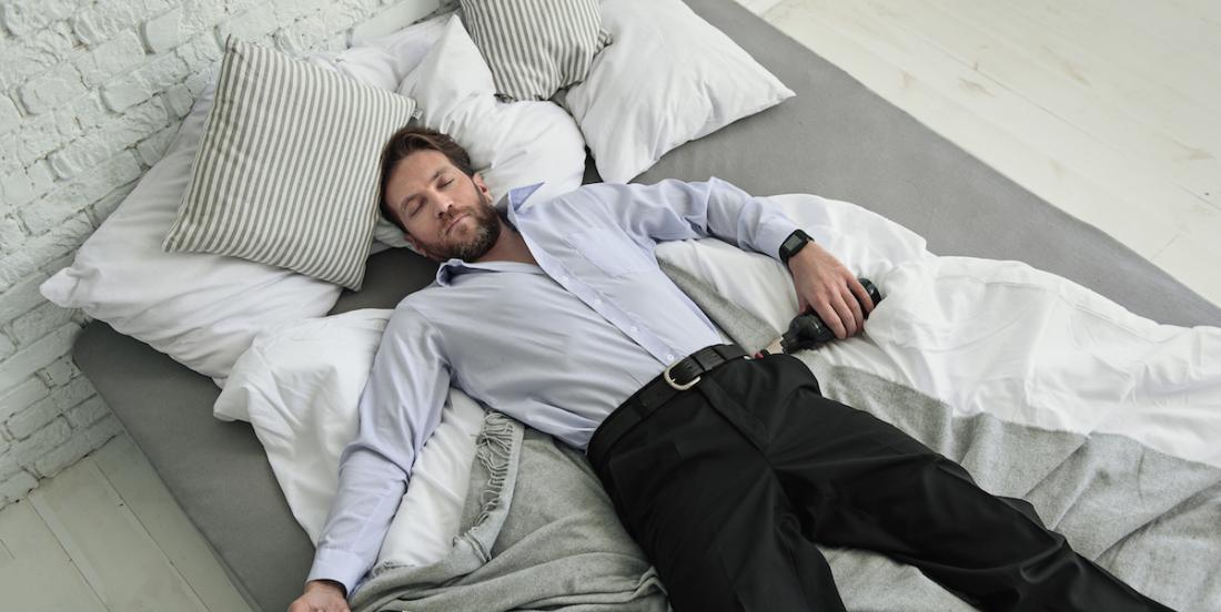 Voici pourquoi on ne devrait pas s'assoir sur un lit en portant les vêtements d'extérieur