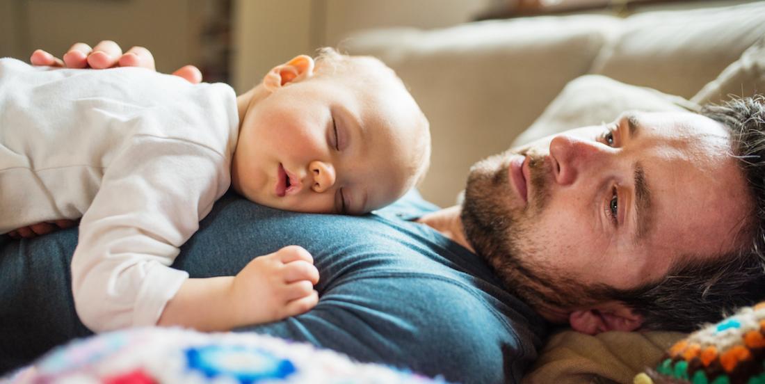 Les papas sont aussi épuisés, mais plusieurs d'entre eux pensent qu'ils ne peuvent pas en parler!