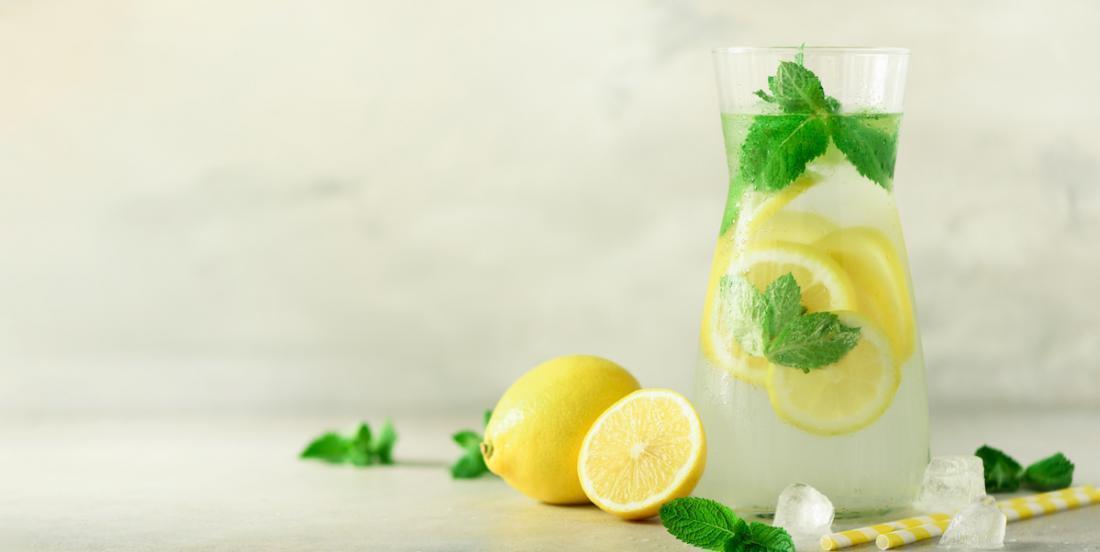 Découvrez 10 avantages à boire de l'eau citronnée tous les jours