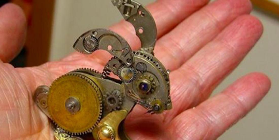 Elle récupère de vieux mécanismes de montres et réalise des objets spectaculaires!