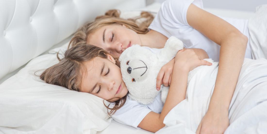 Les bébés devraient partager le lit de leur mère jusqu'à l'âge de trois ans, selon des pédiatres