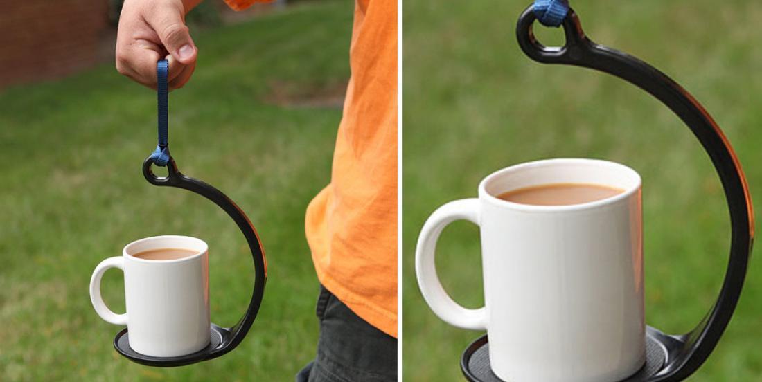 Il place sa tasse de café dans un accessoire bien étrange... Pourtant, plusieurs en voudront un, après avoir vu ceci!