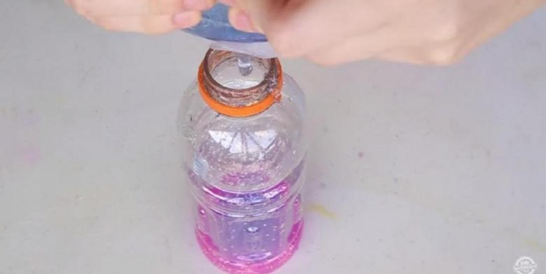 Elle ajoute du gel à une bouteille de Gatorade! Une astuce pour aider les petits à dormir!