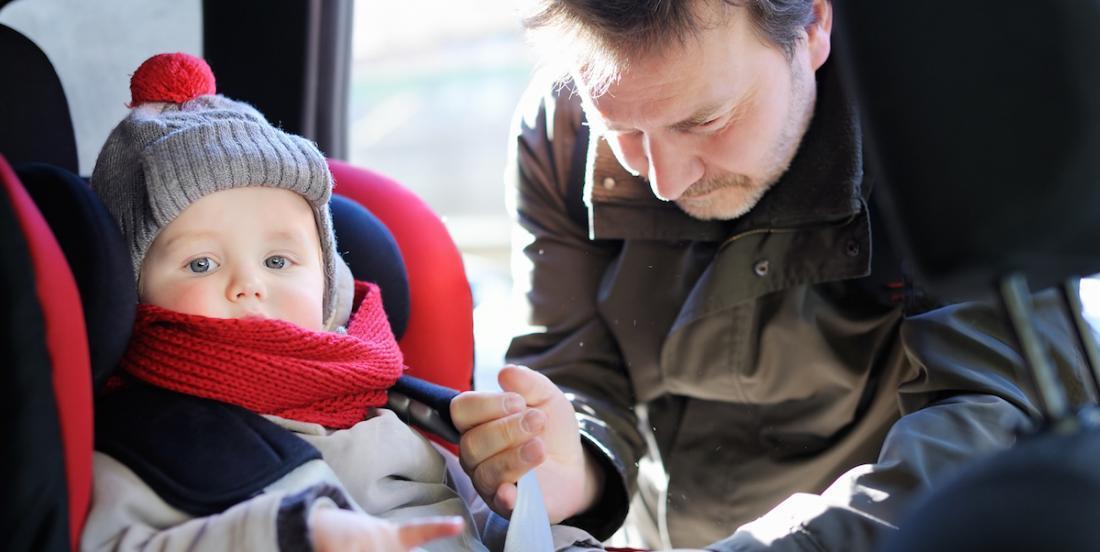 Mise en garde aux parents: attacher un jeune enfant qui porte un gros manteau dans un siège d'auto est dangereux