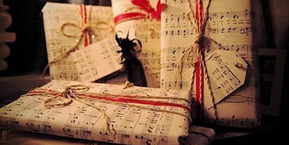 La tendance intelligente du moment: les cadeaux emballés dans du papier journal
