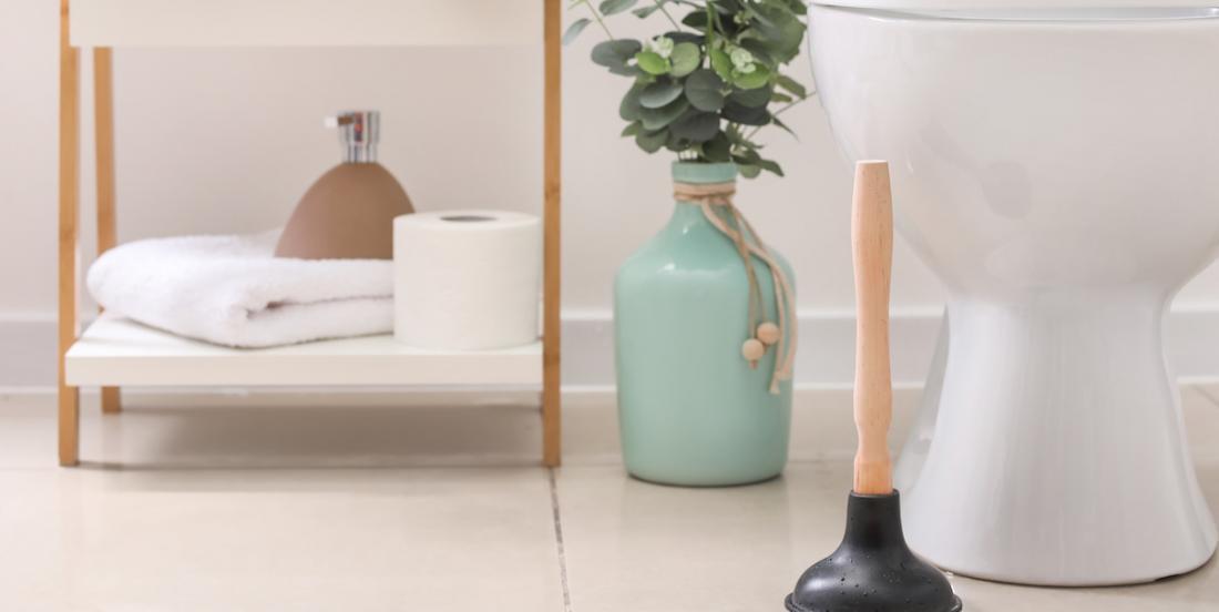 Comment déboucher une toilette ou un lavabo chez quelqu'un d'autre (et chez vous aussi!)