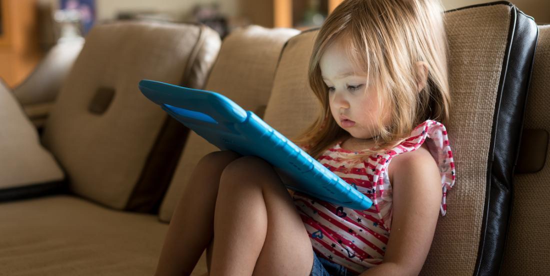 Les scientifiques déconseillent fortement aux parents de laisser leurs enfants devant des écrans tôt le matin