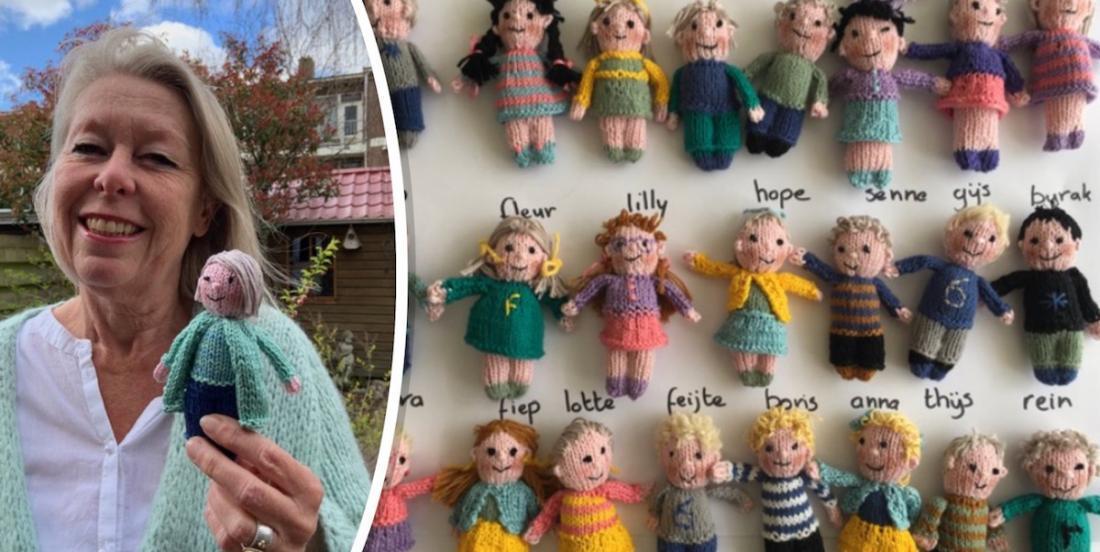 Cette enseignante a tricoté 23 poupées; une pour chacun de ses élèves dont elle est séparée à cause de la COVID-19