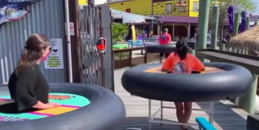 COVID-19: un bar utilise des bouées roulantes pour la distanciation physique entre les clients