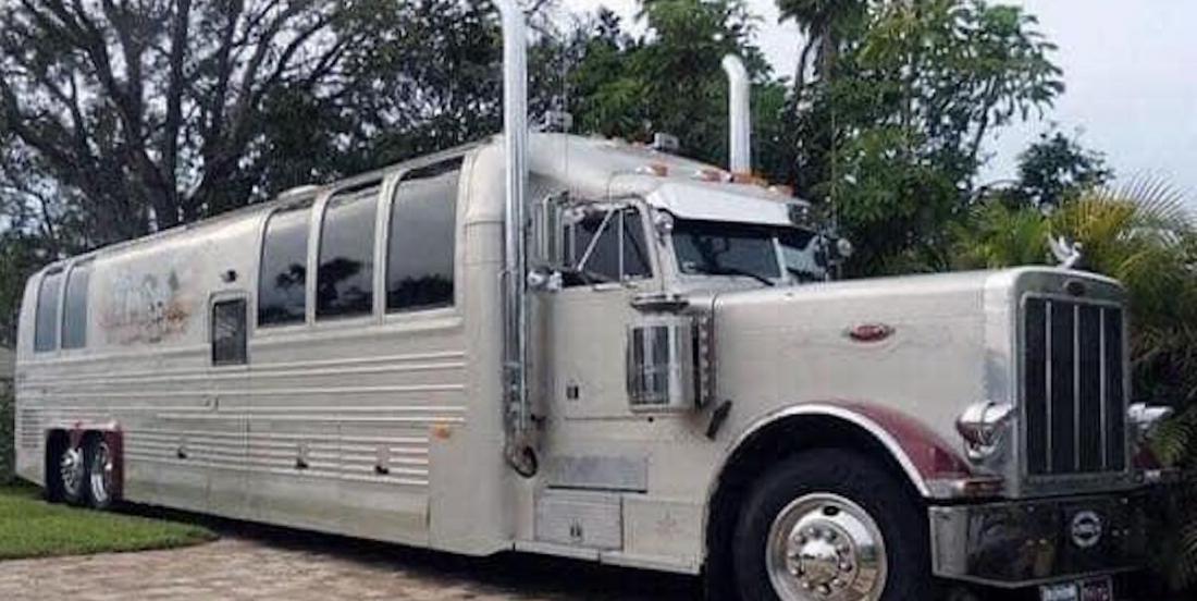 Ce camion-remorque a été métamorphosé en véritable maison de luxe sur roues!