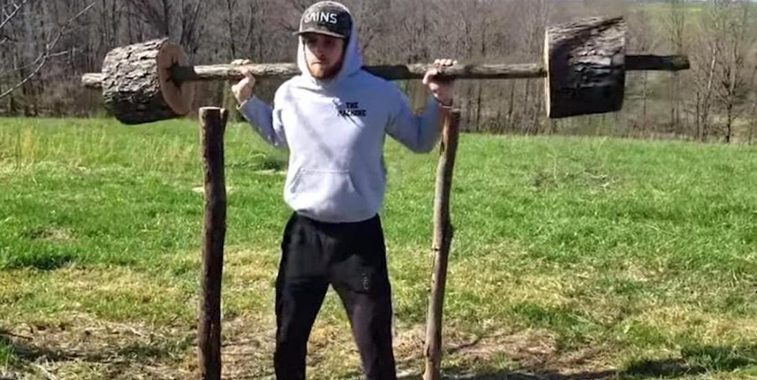 Ne pouvant plus aller au gym, il fabrique ses propres appareils d'entraînement... en bois!