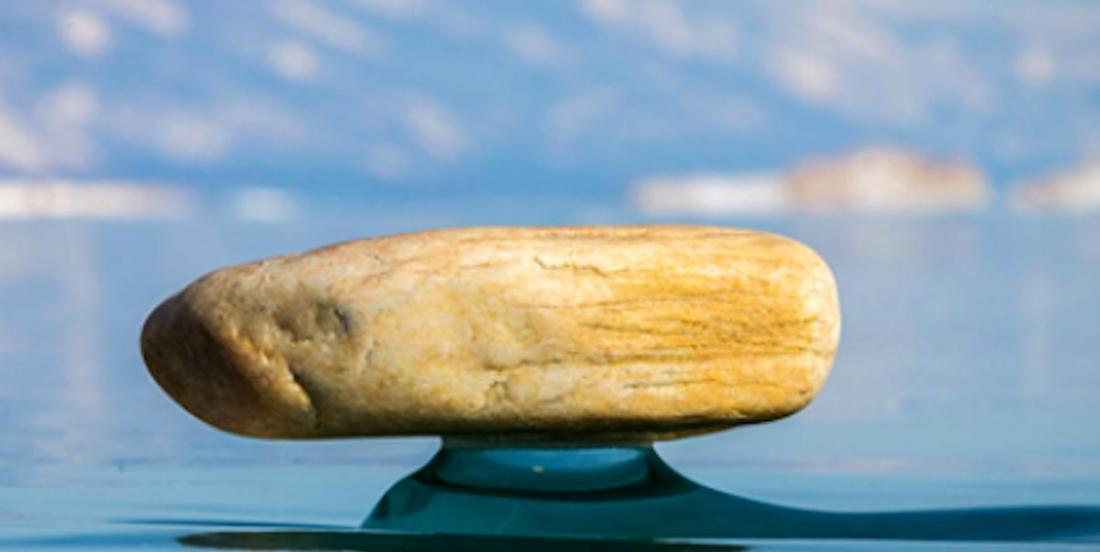 En Russie, un phénomène naturel fait «léviter» d'énormes pierres au-dessus de l'eau
