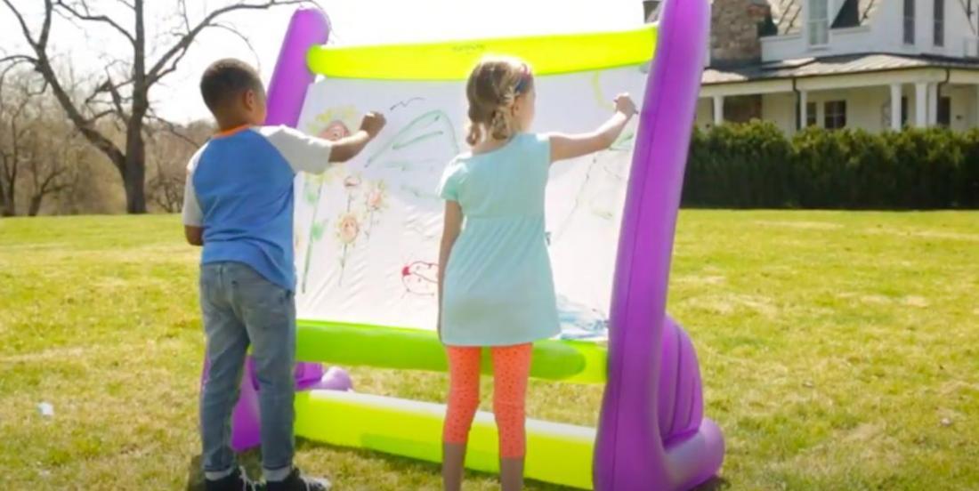 Un beau cadeau à faire aux enfants cet été: un chevalet gonflable!