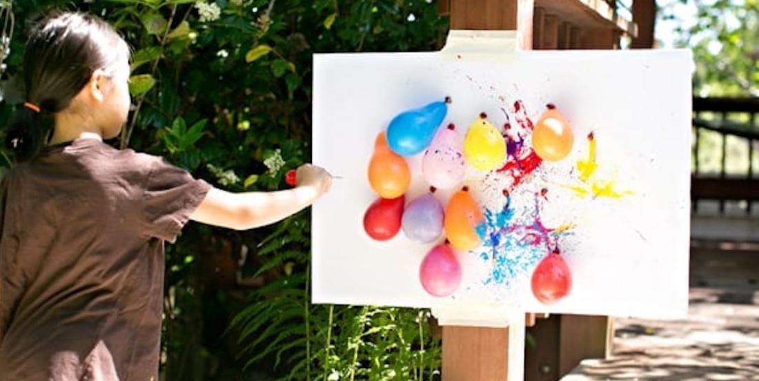 Une activité créative amusante pour les enfants: de la peinture à fléchettes!