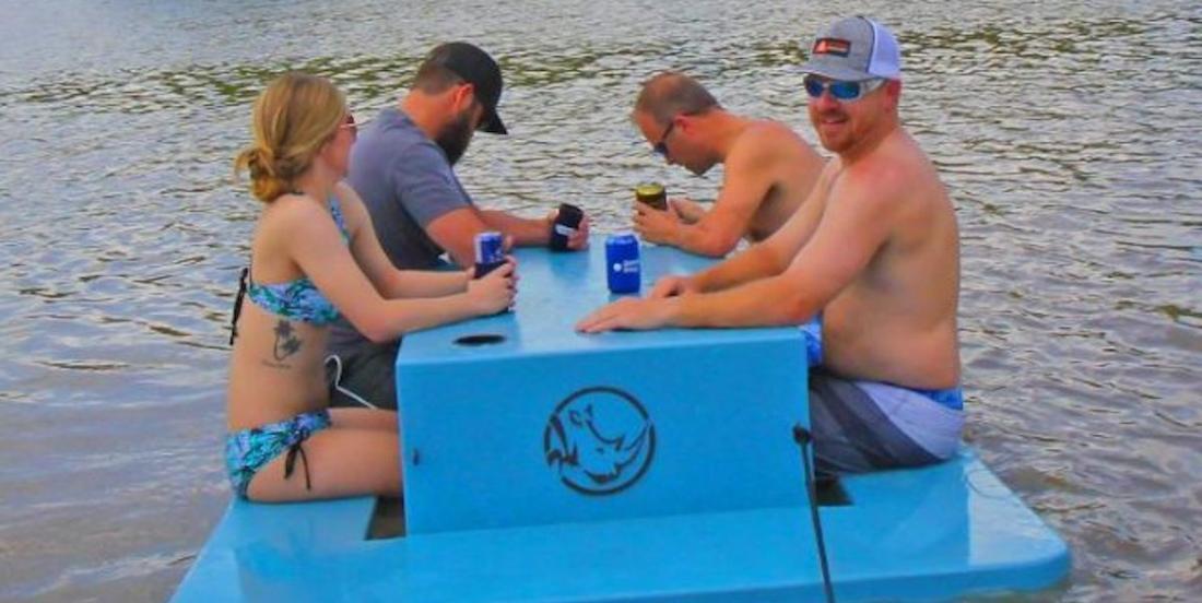 Le meuble de l'été: la table à pique-nique flottante!