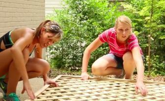 Ces 2 filles voulaient plus d'intimité dans le jardin! Mais ne se sont pas contenté d'un treillis! Elles ont eu une super idée!!