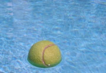 Du lavage au garage, voici comment une balle de tennis peut vous aider… même dans la piscine!