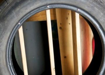 Il installe 3 planches de bois dans un pneu, la raison en est simple et brillante!