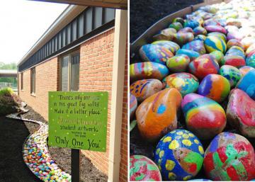 Chaque élève peint une pierre pour faire un chemin coloré. Cet incroyable projet d'art fait passer un message puissant!