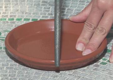Elle utilise une lime pour faire une encoche sur soucoupe en Terre cuite! Vous voudrez tous reproduire ce qu'elle bricole!