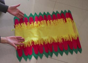 Elle superpose 3 couleurs de papier de soie! Mais c'est ce qu'elle fait ensuite qui donne à son bricolage cet incroyable effet!