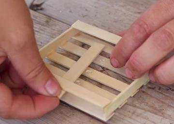 Elle construit une palette de bois miniature et la remplie ensuite avec ceci! Je ne savais pas que c'était possible!