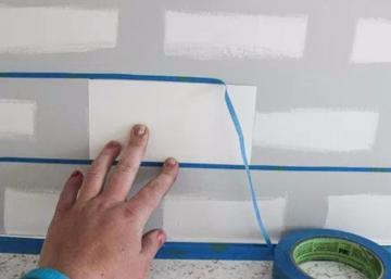 En collant du ruban sur son mur, elle réussit à créer exactement le décor qu'elle voulait… mais pour 28 $ seulement!