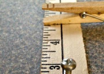 Une règle et des épingles, c'est tout ce dont vous avez besoin pour ranger le fouillis dans l'entrée!