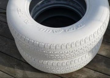 Depuis que ma voisine a peinturé ses vieux pneus d'hiver en blanc, tout le monde s'arrête dans la rue pour regarder!