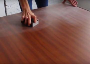 La première chose qu'il fait en recevant sa nouvelle table, c'est de la sabler! Et c'est une super idée!