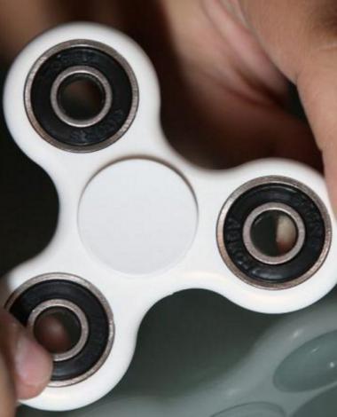 Votre enfant veut absolument avoir un Fidget Spinner lui aussi? Fabriquez-lui-en un facilement!