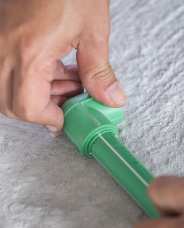 Il coupe plusieurs bouts de tuyaux en PVC et les assemble. Quand il termine, son astuce impressionne!