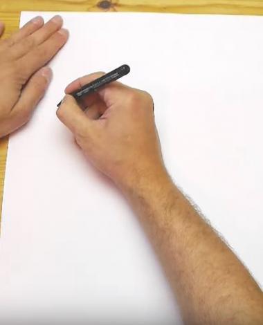 En tenant un crayon d'une main et tournant le papier de l'autre main, il nous apprend une technique que l'on devrait tous connaitre!
