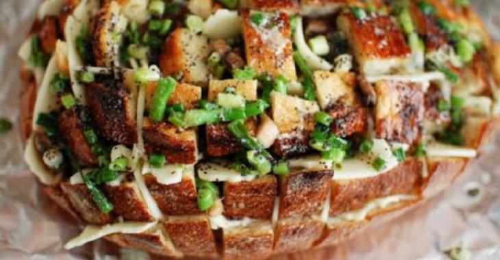 Le pain farci à l'ail, bacon, fromage!