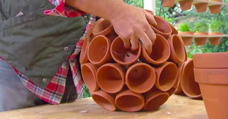 Il colle des pots en terre cuite les uns sur les autres! Au final ...