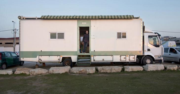 Dès sa retraite, il transforme un camion pour pouvoir voyager à travers le monde! Et l'extérieur ne reflète pas du tout l'intérieur!