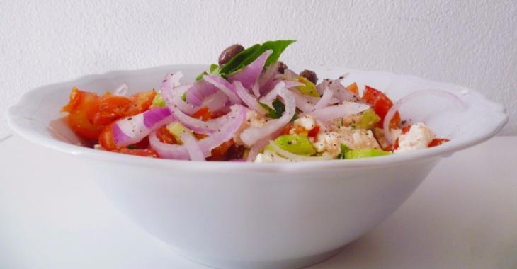 Cette salade doit être mangée au déjeuner pour dégonfler votre ventre et purifier votre organisme!