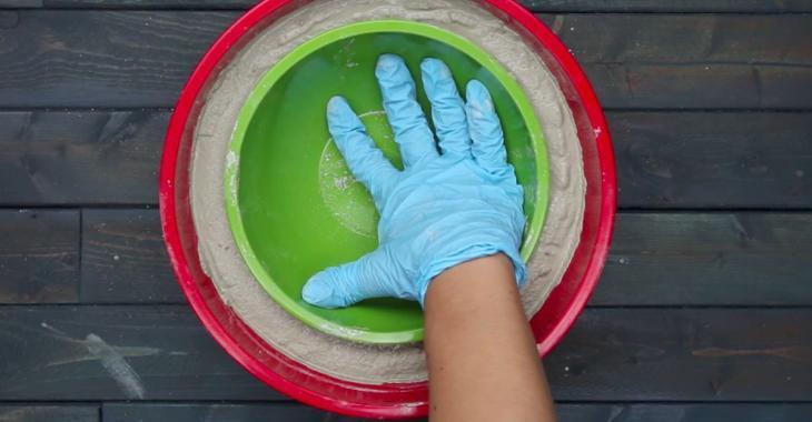 Elle écrase du ciment dans un bol à l'aide d'un petit bol! En 5 minutes elle fabrique un accessoire que tout le monde aime!