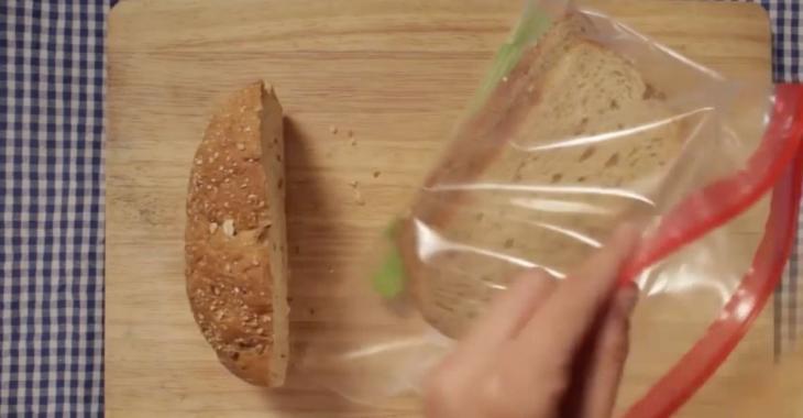 Quand elle prépare un sandwich pour le bureau, elle ajoute toujours une branche de céleri. C'est très astucieux!